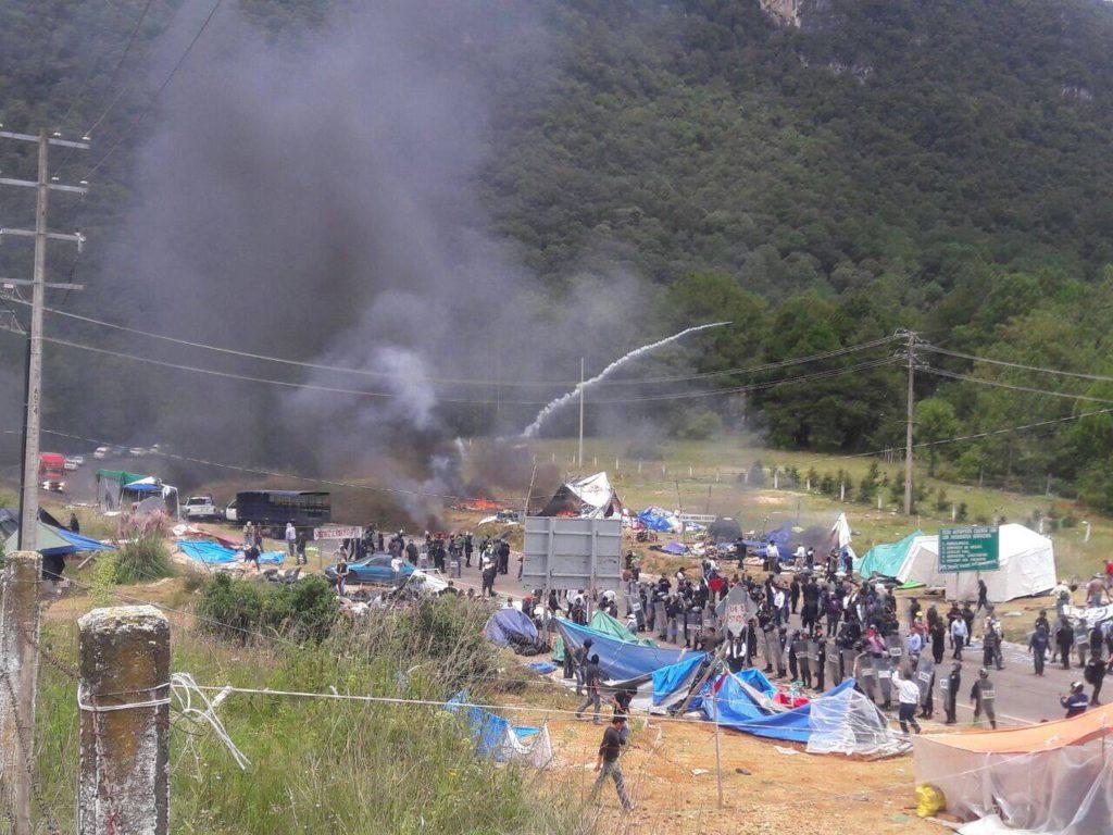 Violento sgombero del presidio dei maestri della CNTE a San Cristobal de las Casas